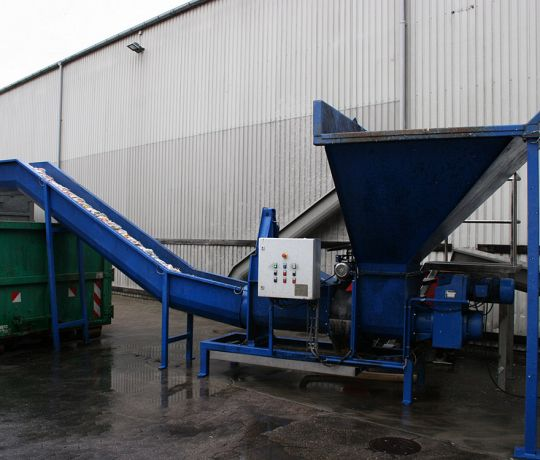 Dewatering system empties PET bottles